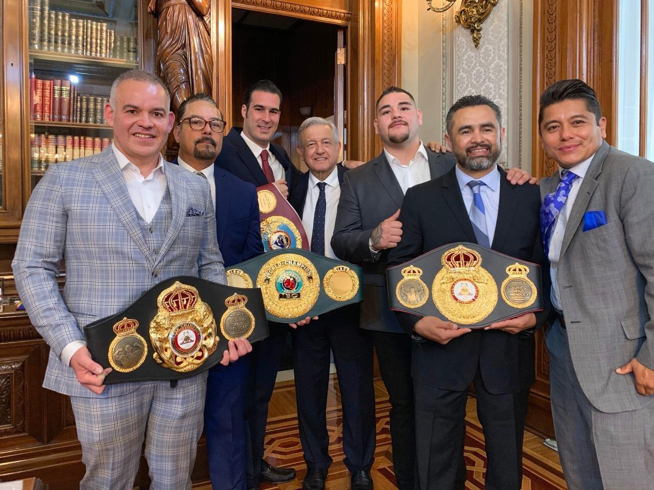 El boxeador mexicano en su visita a AMLO
