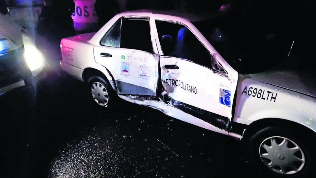 patrulla choca con taxista en Morelos exceso de velocidad