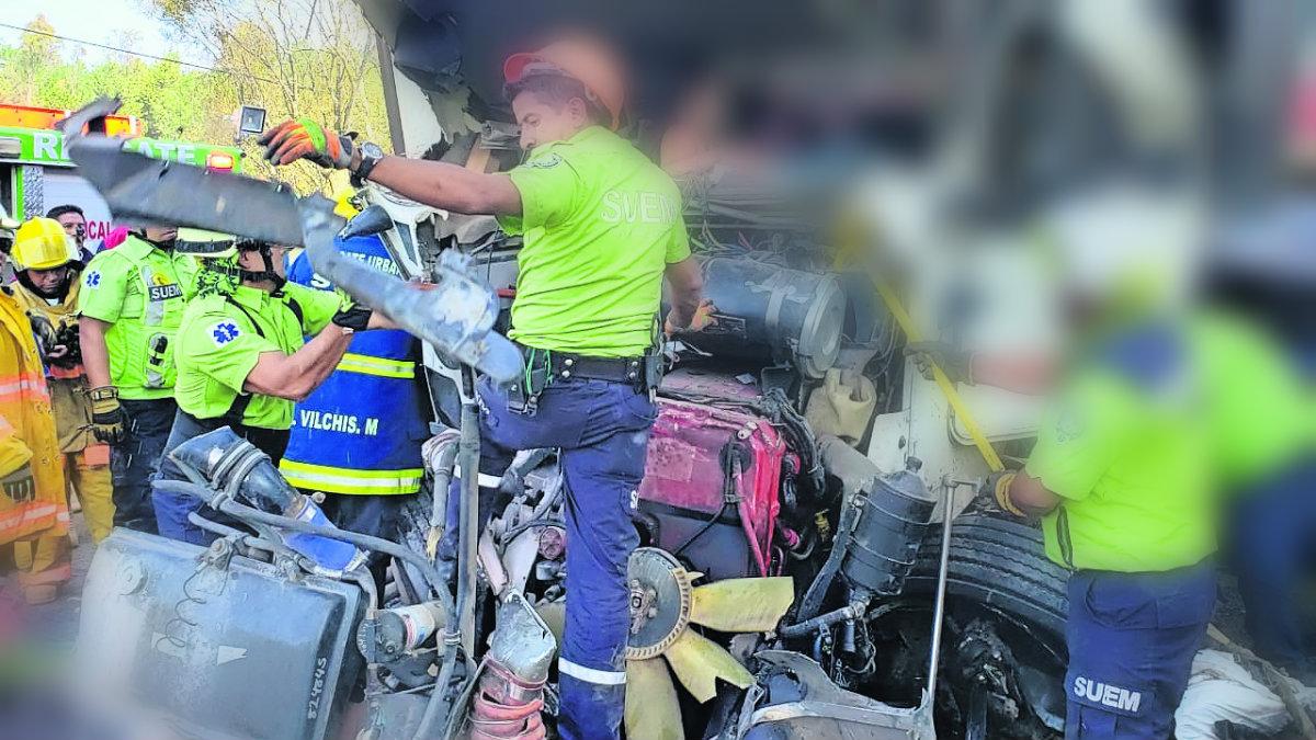 trailero muere aplastado tráiler se quedó sin frenos prensado choca contra varios autos