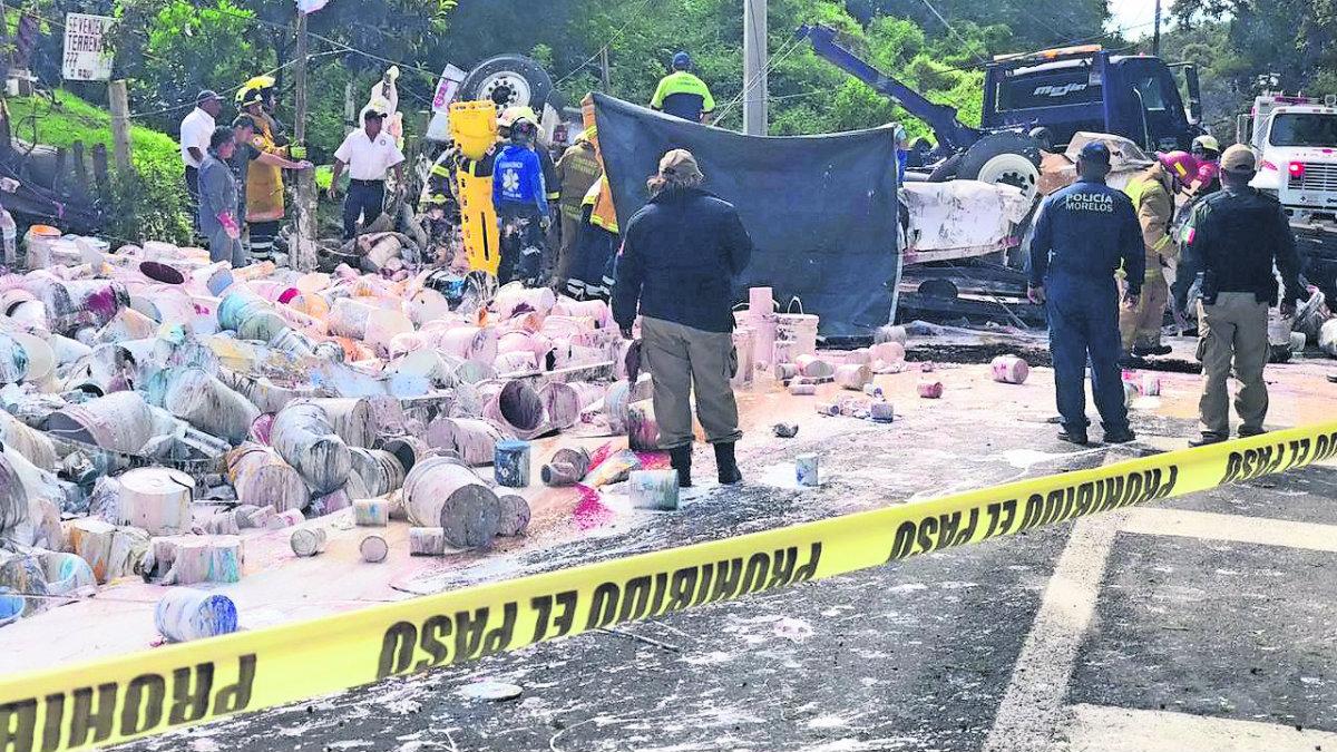Camión botes pintura mueren prensados Morelos