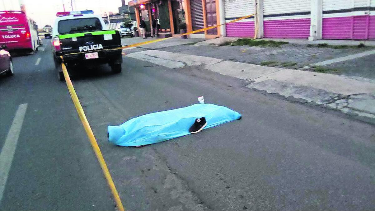 Pipa de agua atropella a joven en Edomex; testigos intentaron detenerlo pero chofer huyó