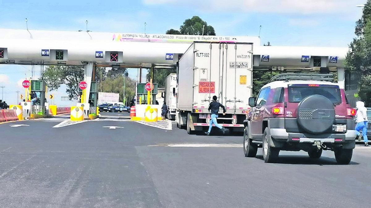 Normalistas secuestran camiones en casetas del Edomex; se registran pérdidas económicas