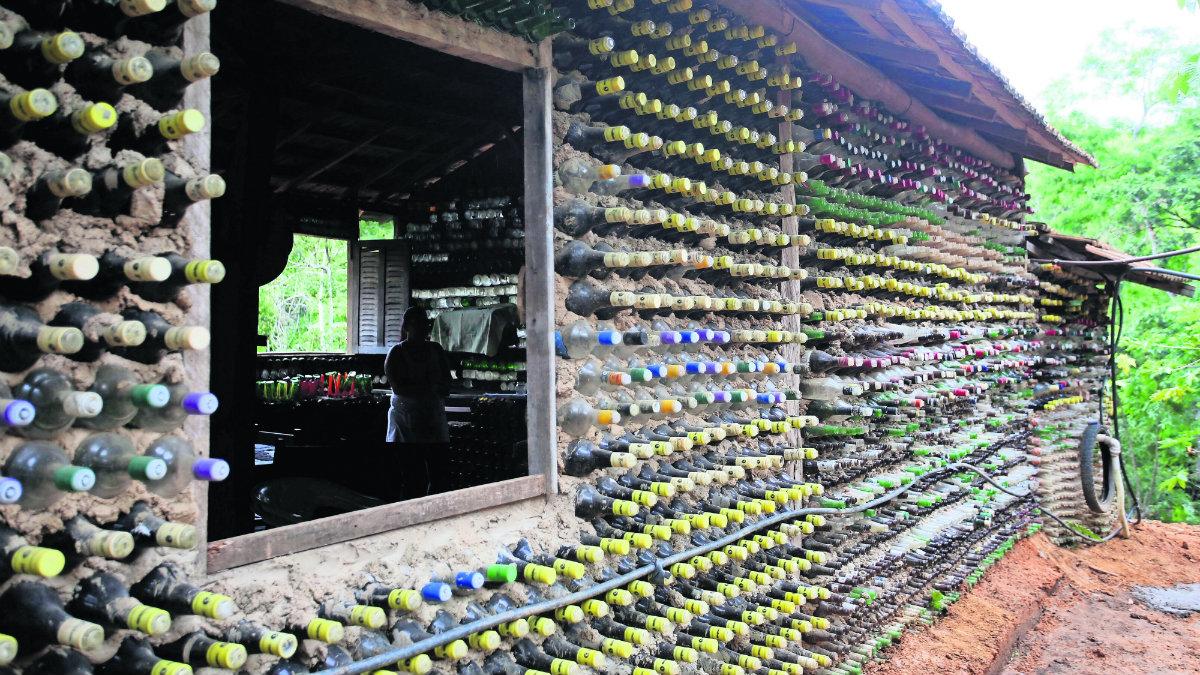 Agricultora construye su casa con botellas de vidrio y llantas viejas, en Brasil
