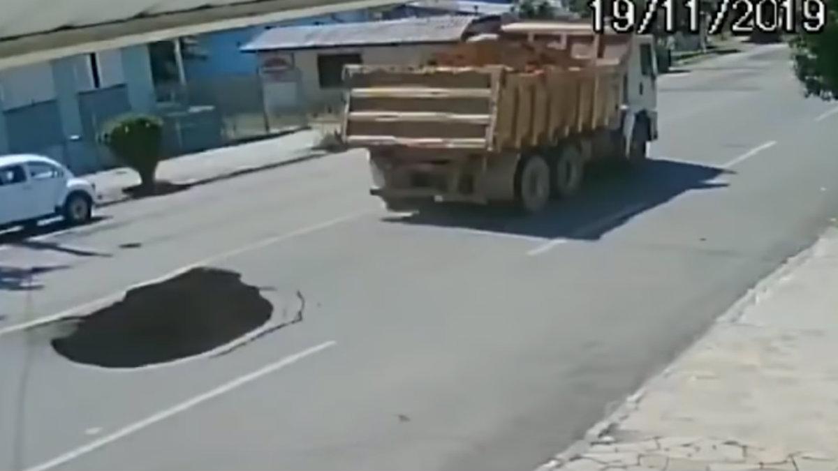 Video camión provoca socavón y automovilista cae hasta el fondo en Brasil