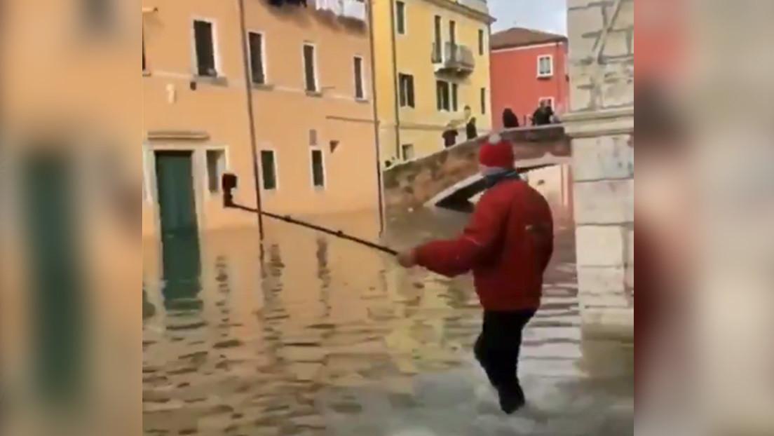 hombre disfrazado santa claus canal venecia video divertido accidentes videos de caídas