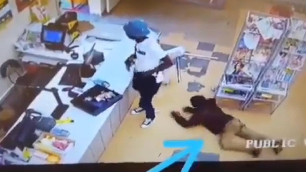 Cliente le roba a ladrón mientras asalta un local comercial, en Sudáfrica