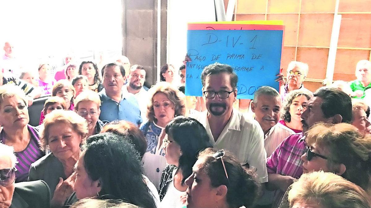 Docentes jubilados y pensionados demandan su prima de antigüedad, en Morelos