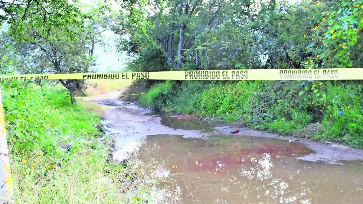 Ejecutan de balazo en la cabeza a joven y abandonan su cuerpo en un charco, en Morelos