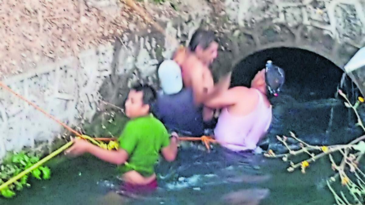 rescatan ebrios borrachos se meten a nadar canal zacatepec morelos