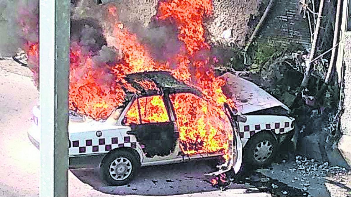 Taxista muere calcinado tras chocar contra la base de un puente, en la México-Querétaro