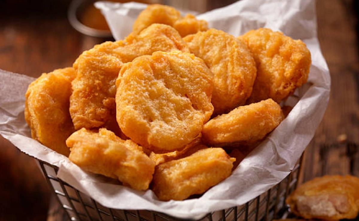 Niñera da nuggets de pollo a niños vegetarianos, la madre demanda y exige 13,200 pesos