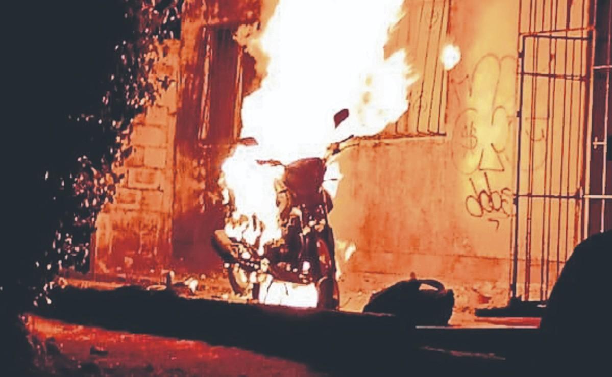 Sin razón aparente, sujetos le prenden fuego a una moto y escapan en Morelos