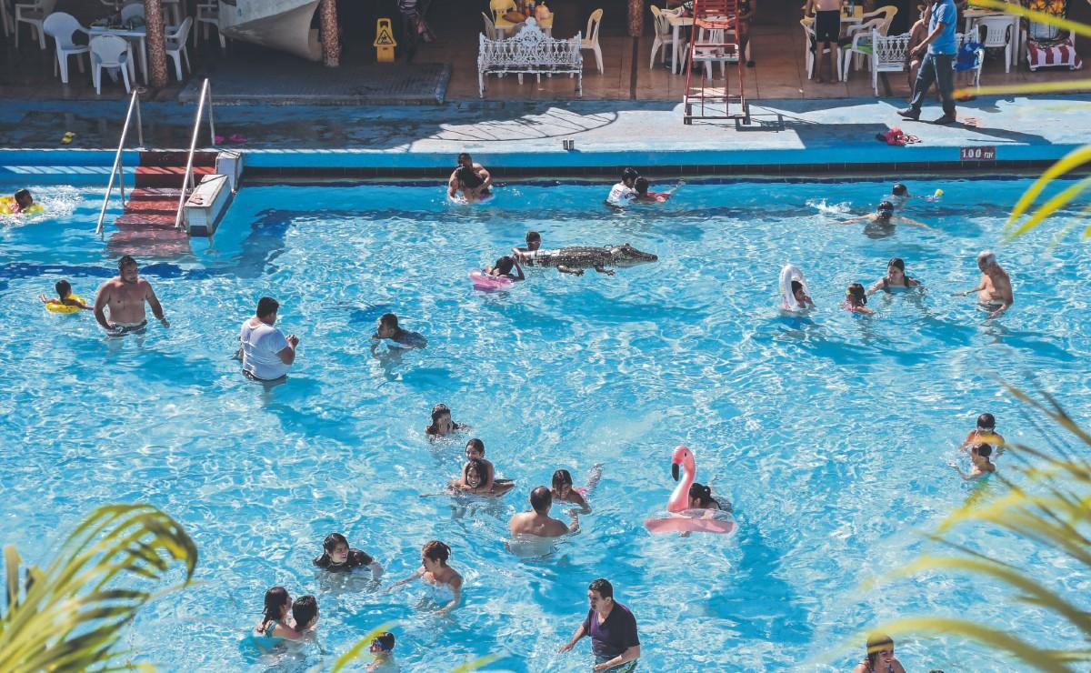 Vacacionistas se dan bañito en Agua Hedionda, tras reapertura de balnearios en Morelos