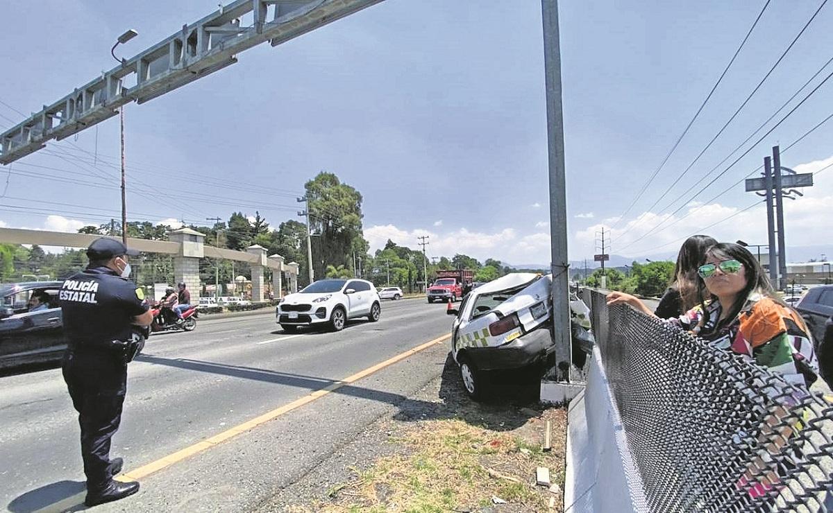Camión de carga impacta un taxi en la México-Toluca, el pasajero resulta lesionado