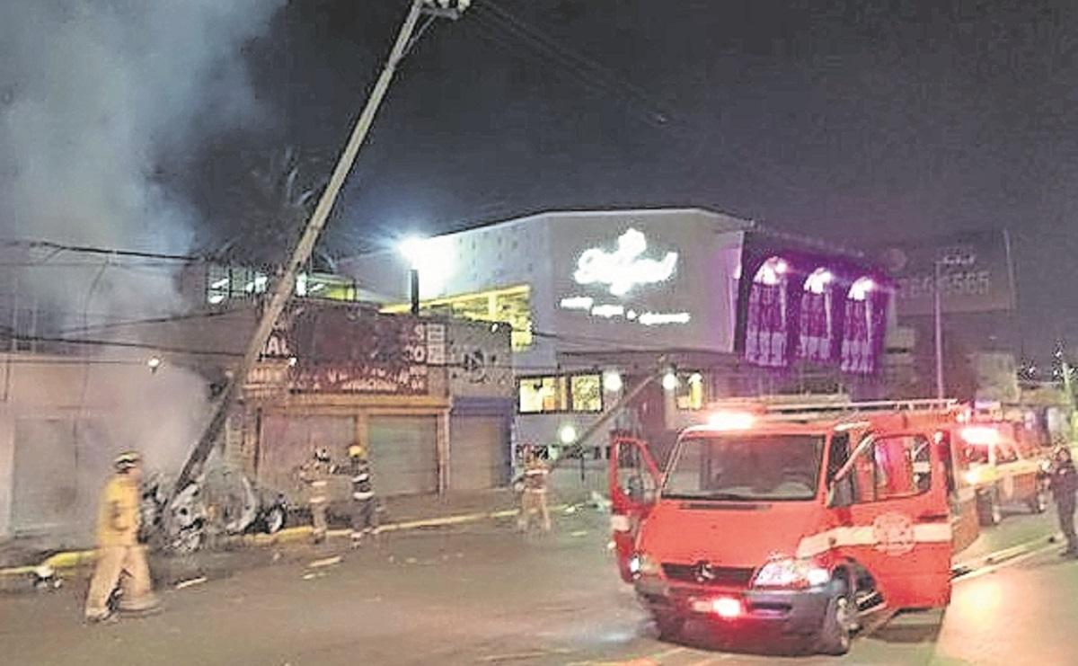 Conductor choca contra un poste, deja sin luz a la zona y se incendia su unidad, en Edomex