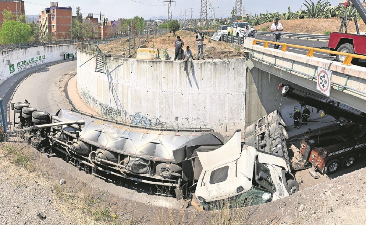 Tractocamión vuelca y cae de un desnivel de 5 metros en el Circuito Exterior Mexiquense