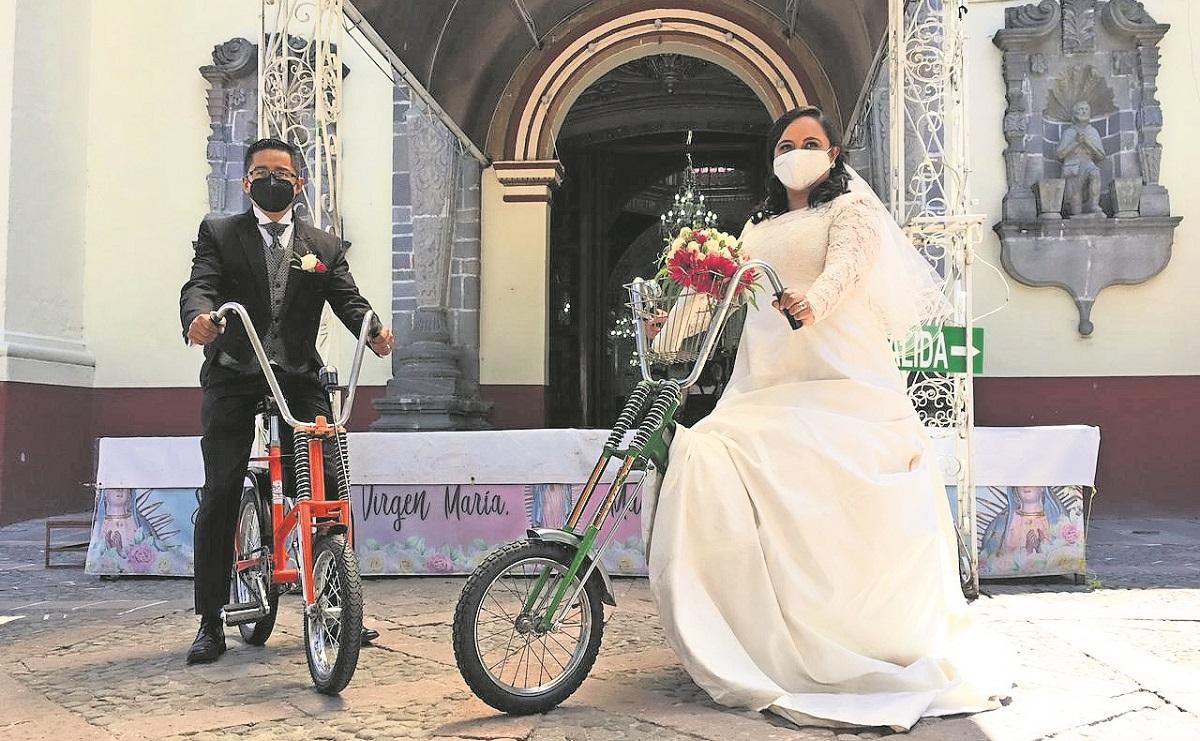 Pareja celebra su boda con rodada ciclista en el Estado de México