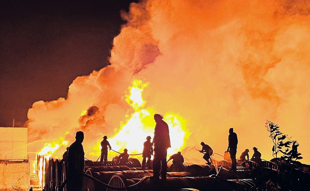 Sofocan fuerte incendio en fábrica de fibra óptica en Tezoyuca, Edomex