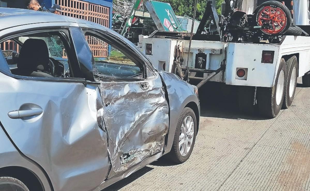 Una pareja de motociclistas queda inconsciente tras chocar contra un auto, en Morelos