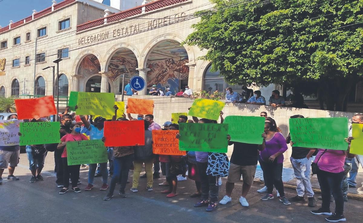 Familiares y pacientes con hemodiálisis protestan por falta atención médica, en Morelos
