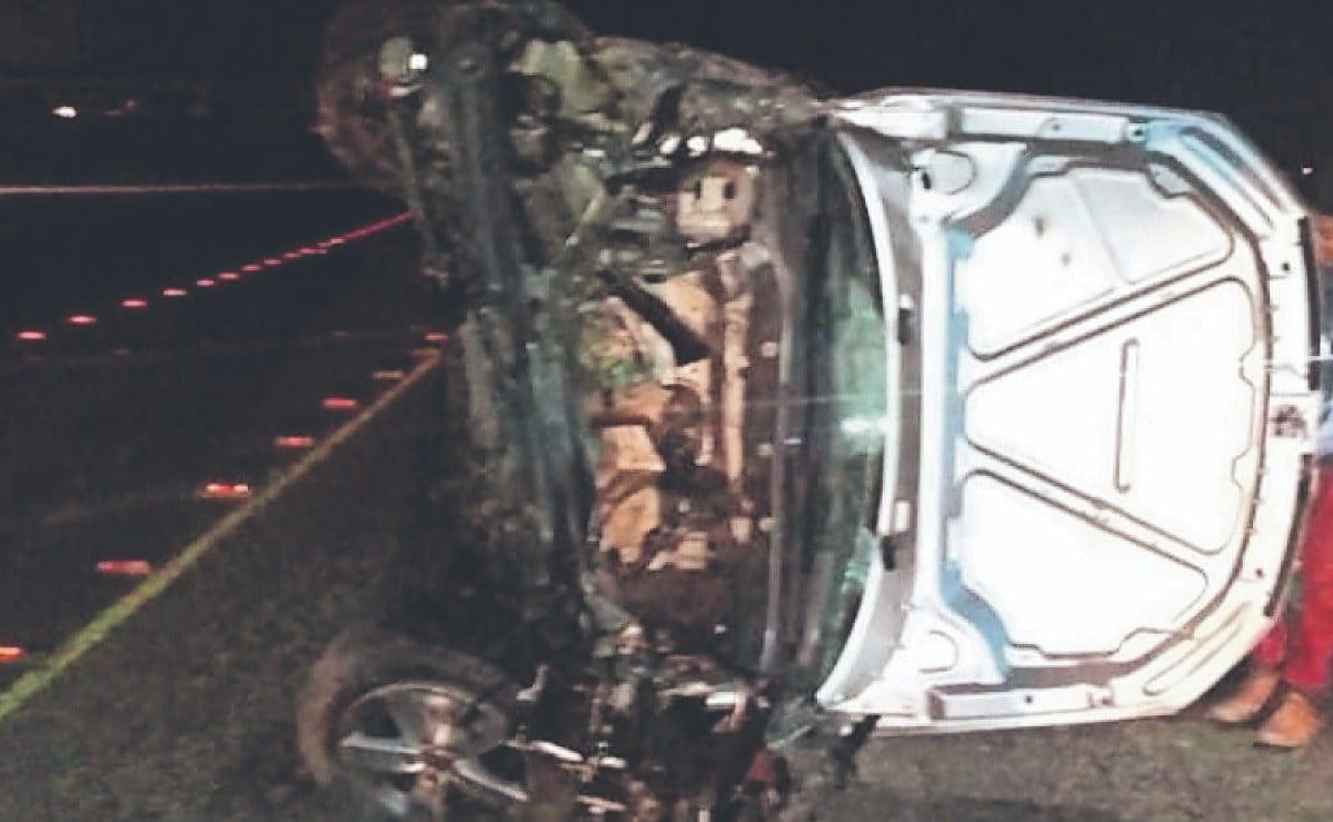 Muere automovilista acelerado tras volcar su vehículo en Edomex, copiloto resultó herido