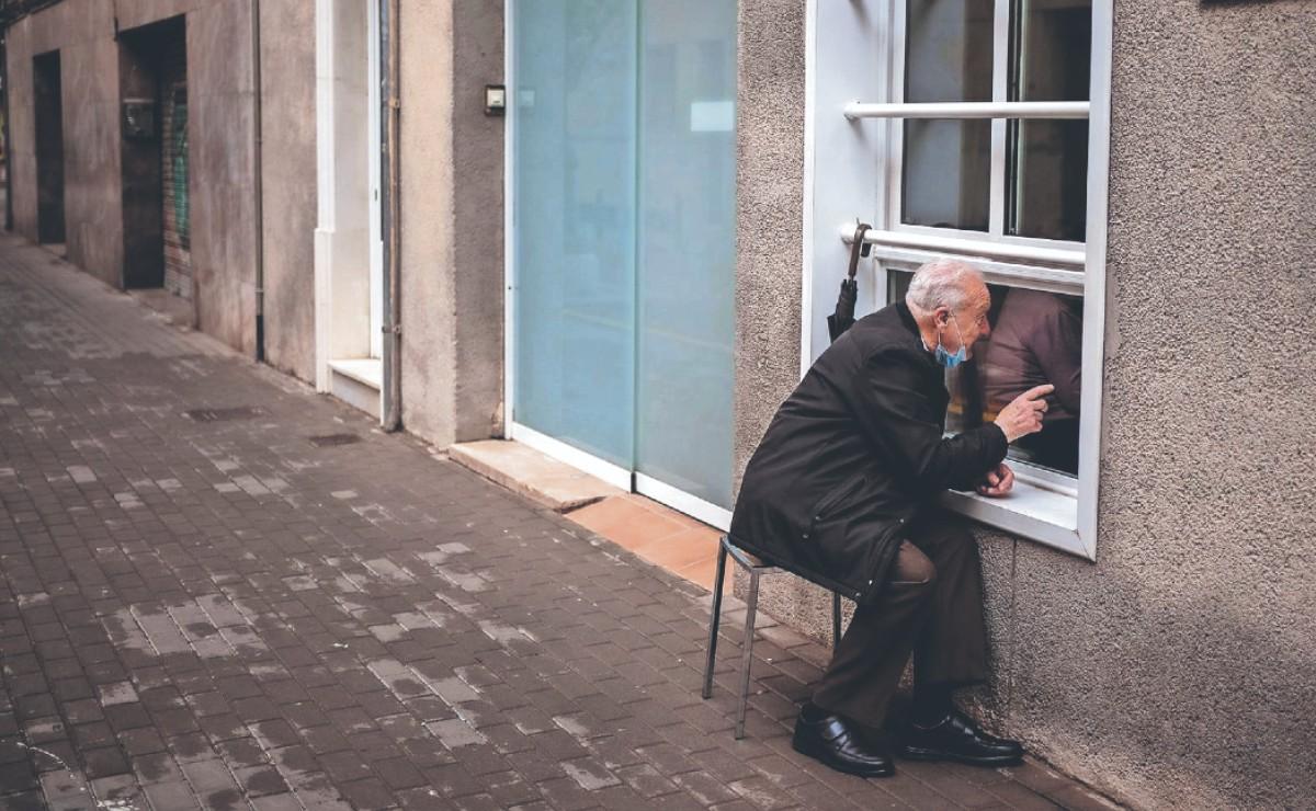 Abuelitos enamorados echan novio desde la ventana para protegerse del Covid, en España