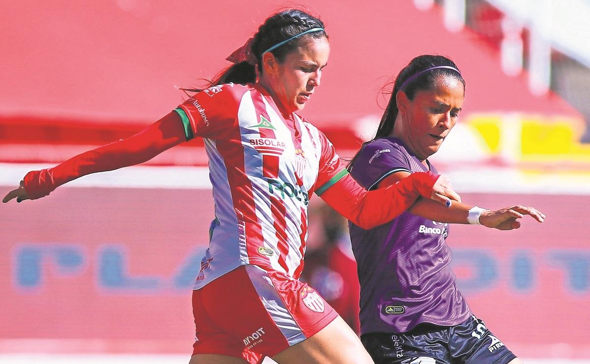 Futbolista del Necaxa, Alexandra Martínez rifará jersey del América para pagar operación