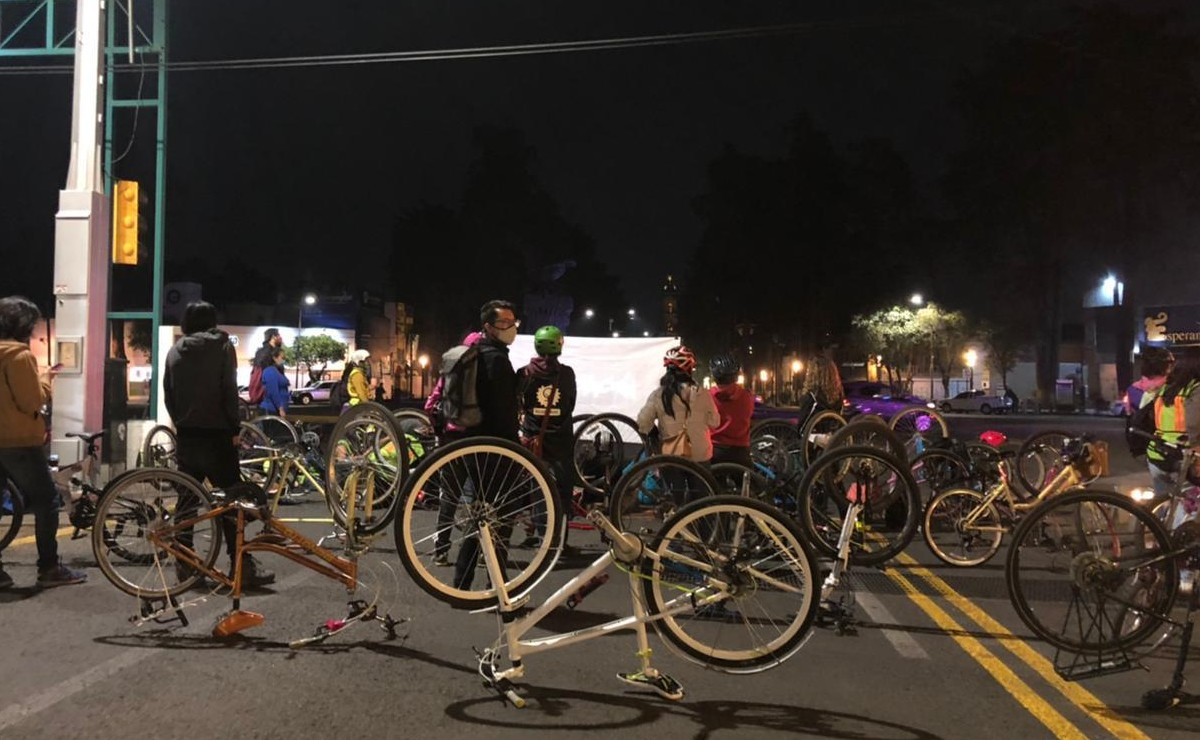 Ciclistas y feministas protestan por el retiro de la ciclovía, en Toluca
