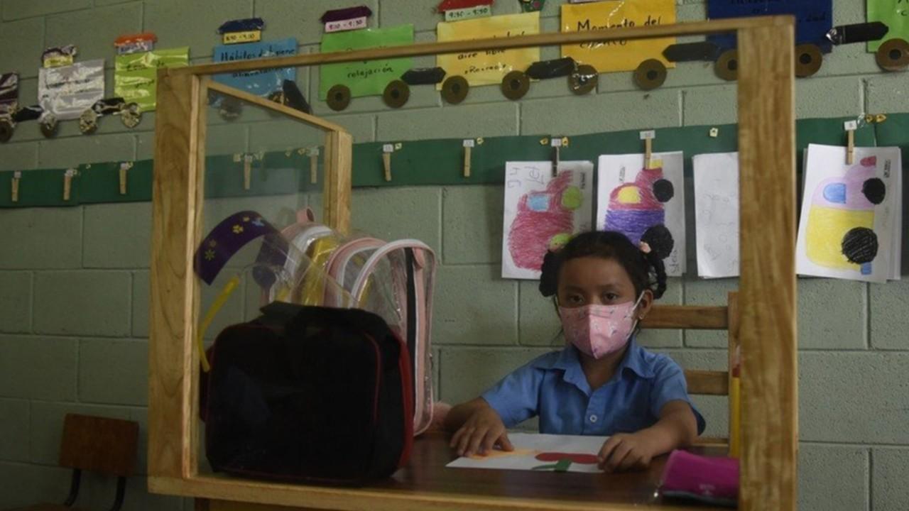 Amoroso padre en El Salvador crea banca para que su hija no se contagie de Covid-19