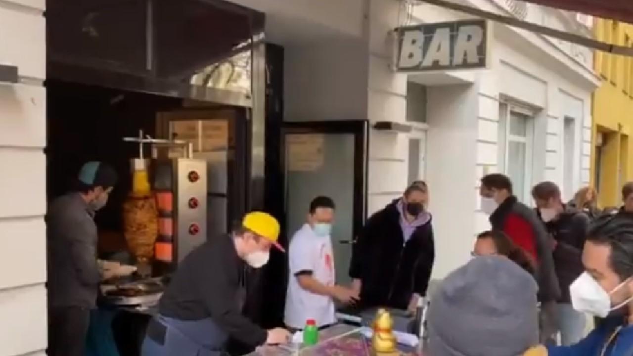 Tacos al pastor con su piña y salsa causan furor en Alemania y video se vuelve viral