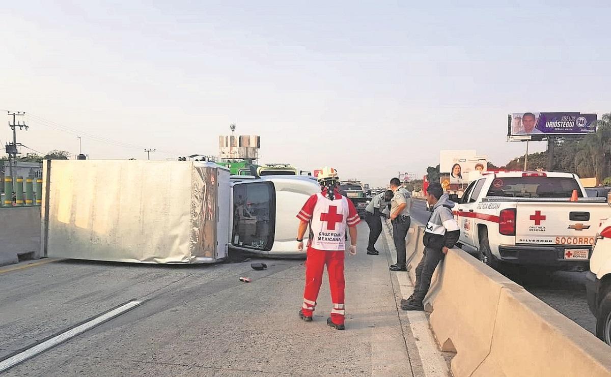 Conductor de camión no logra detenerse y choca contra muro de contención, en Morelos