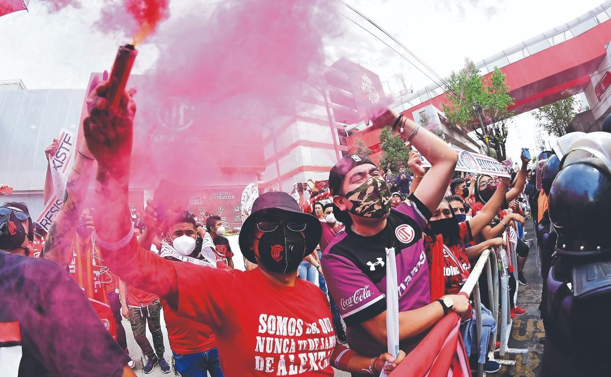 Psicólogo explica que la violencia en los estadios es consecuencia del confinamiento