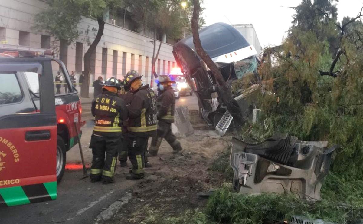 Trailero se echa una pestaña al volante y se impacta contra un camellón, en la CDMX