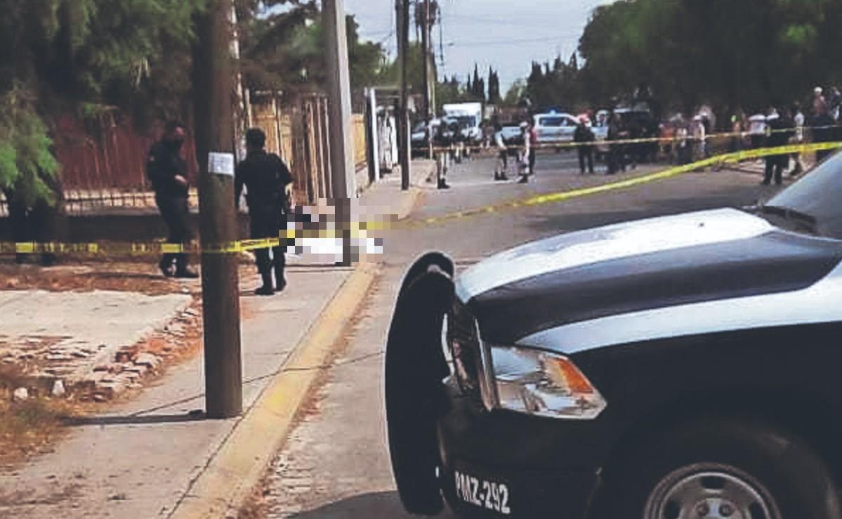 Asesinan a tiros a dos hombres mientras cotorreaban en la banqueta, en el Edomex