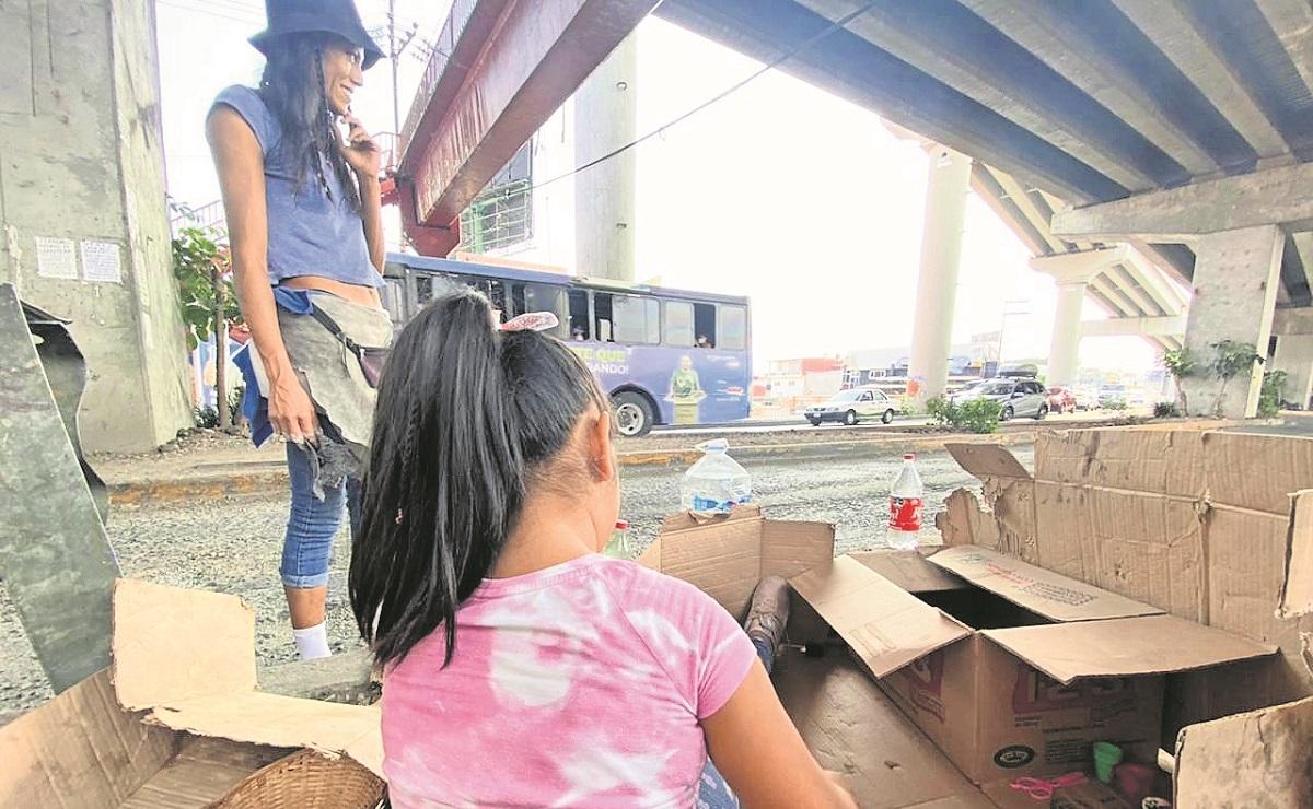 Mientras su madre limpia el parabrisas de los autos, Abi sueña con ser doctora en Morelos