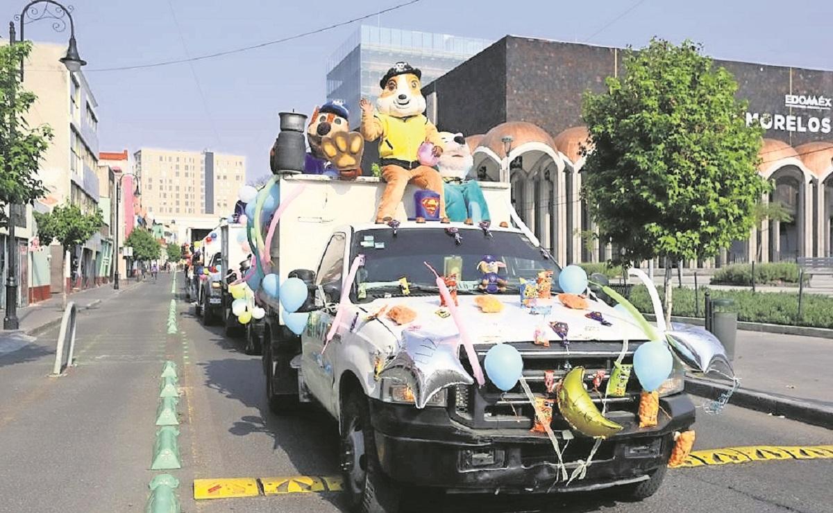 Trabajadores de limpia pública realizan desfile con motivo del Día del Niño en el Edomex