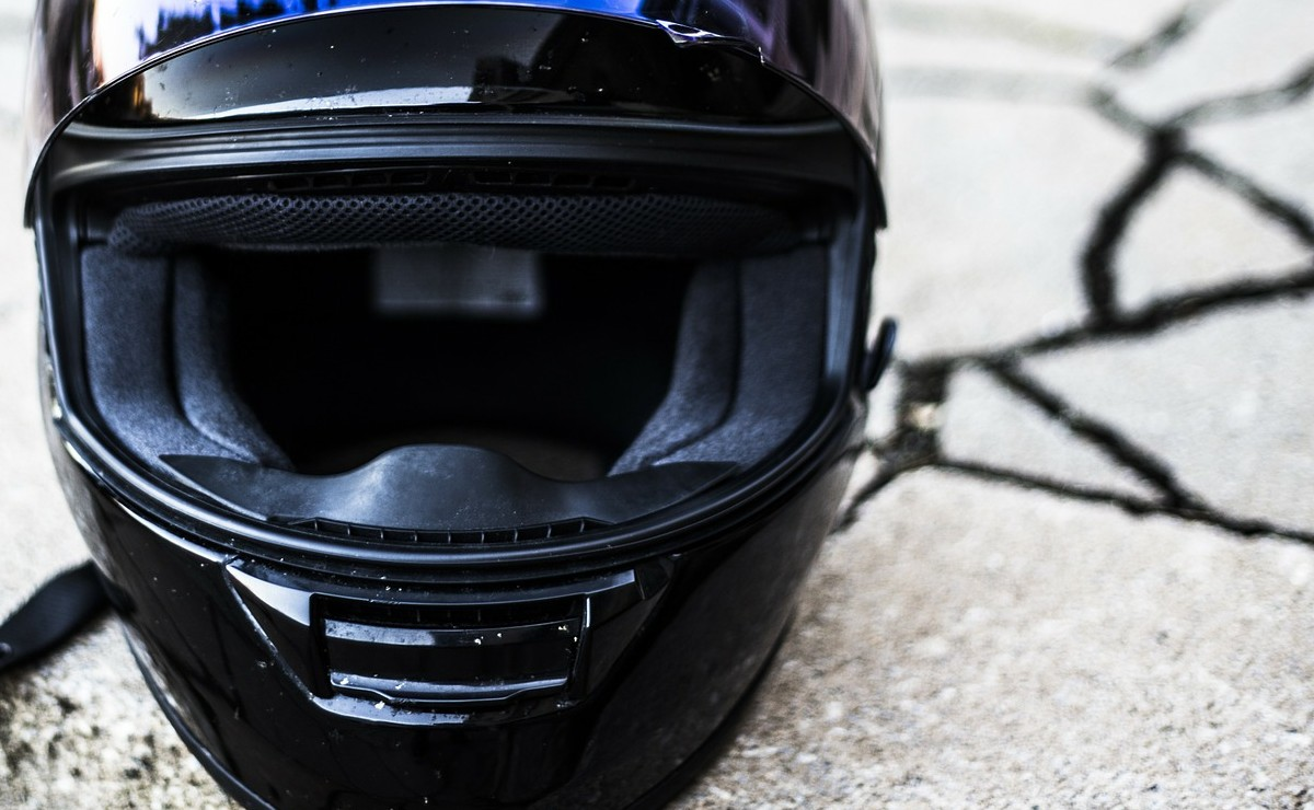 Biker muere desangrado al derrapar y caer en Morelos, el casco iba amarrado a la moto