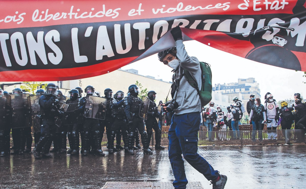 En plena pandemia, miles se suman a protestas por el Día del Trabajo en España y Francia