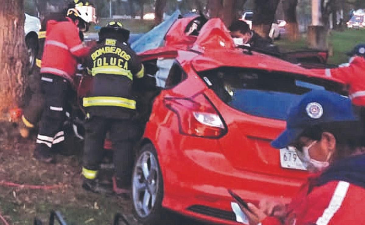 Muere conductor de auto al estamparse contra un árbol en Edomex, copiloto la libra