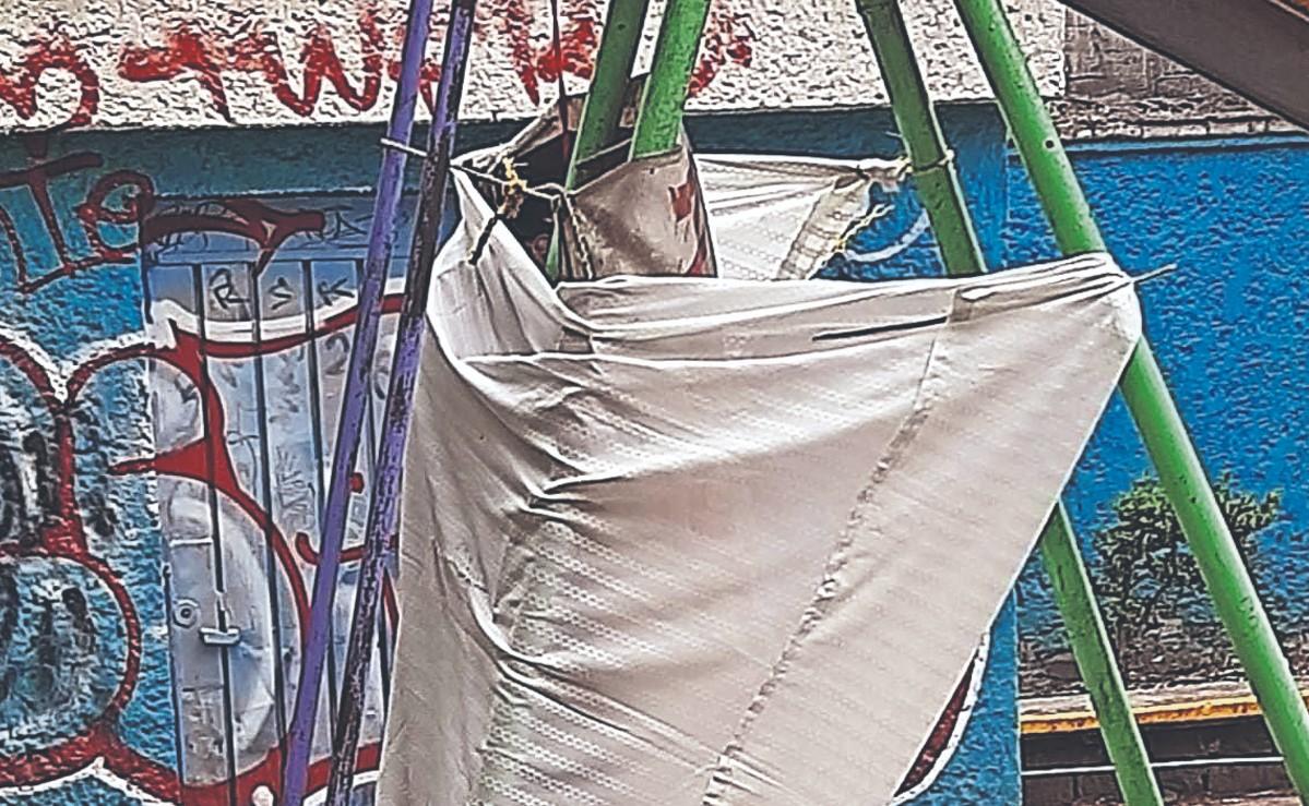 Vecinos se topan con el cadáver de un hombre que se colgó de un juego infantil, en CDMX