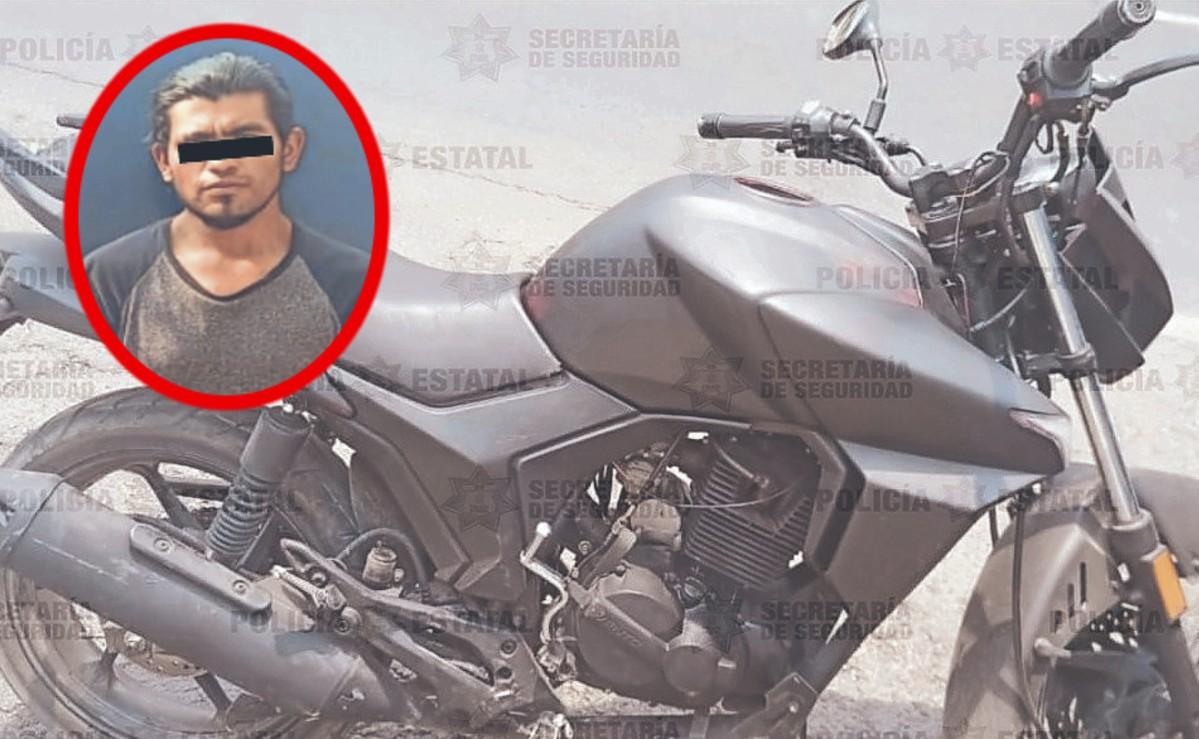 Atoran a ladrón cuando se le descompuso moto recién robada en Edomex, la iba empujando