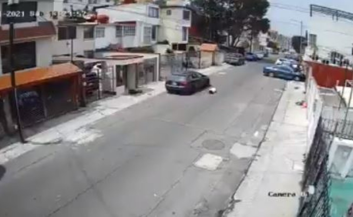 Avienta a su novia desde un auto y la deja conmocionada en Edomex, video se hace viral