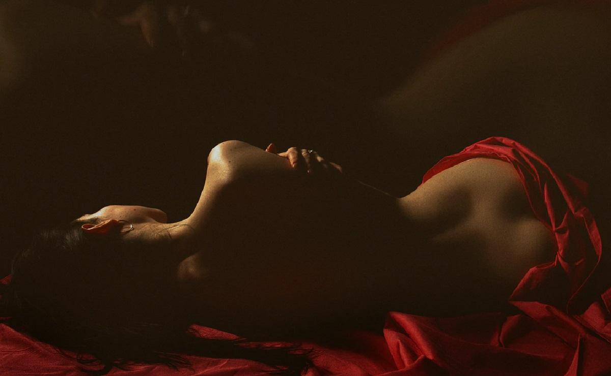 """""""Acariciaste mi espalda desnuda mientras sentías el sabor de mis senos"""", por Lulú Petite"""
