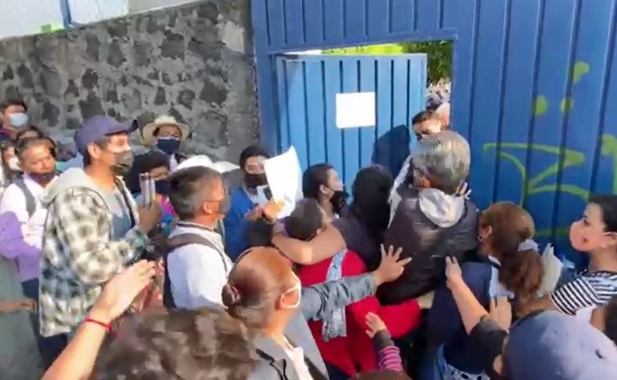 Maestros se disputan a empujones su turno para recibir la vacuna antiCovid, en Morelos