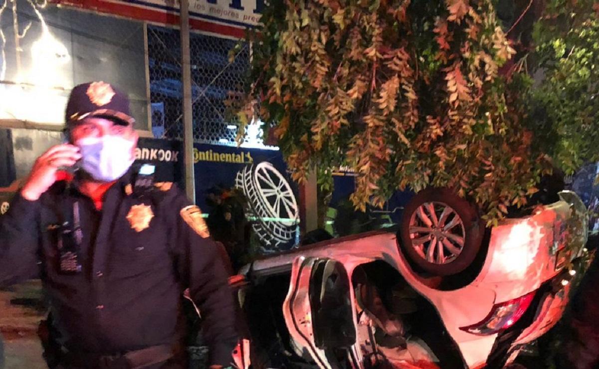 Conductor choca contra un árbol en Coyoacán, deja dos personas lesionadas y una muerta