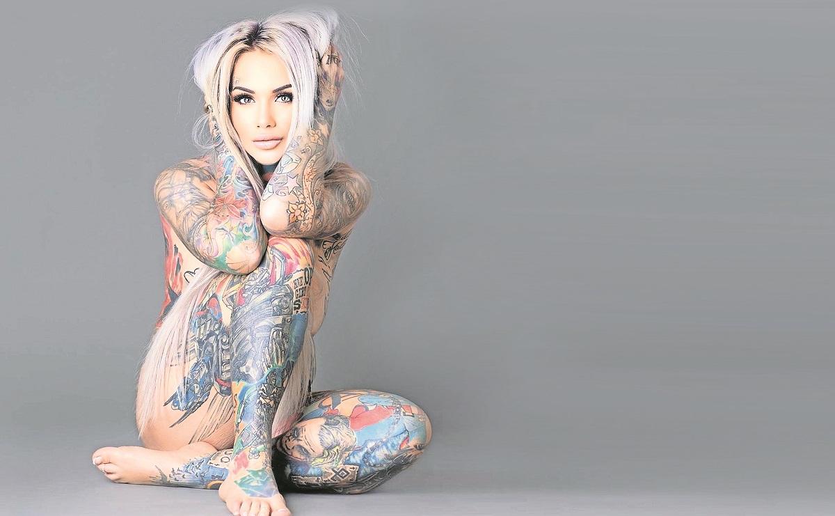 Paras complacer a su hijo, modelo alemana se tatúa superhéroes de Marvel y CD Comics