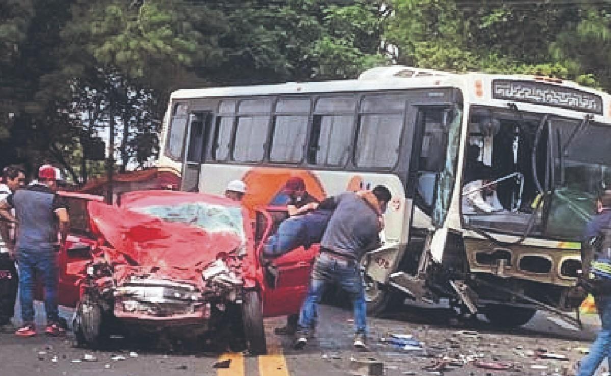 Conductor se estampa de frente contra autobús en la México-Cuernavaca y terminan prensados