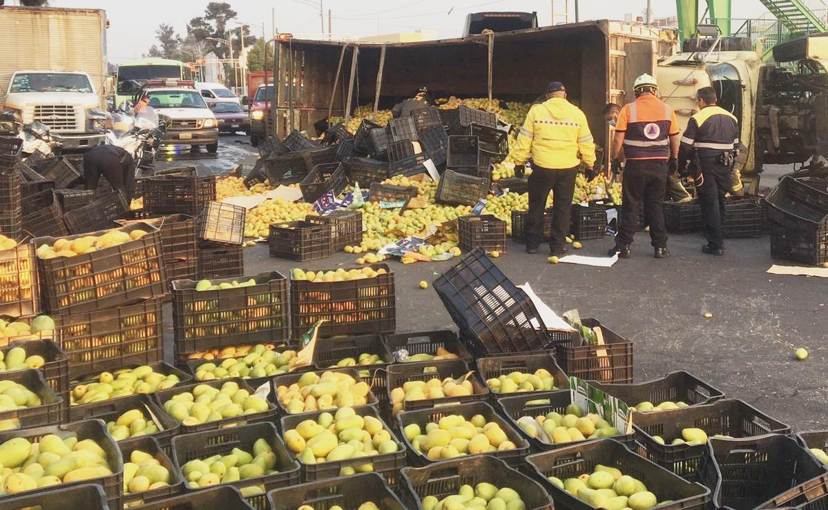 Camión cargado de mangos vuelca cerca de la Central de Abasto y causa caos vial, en CDMX