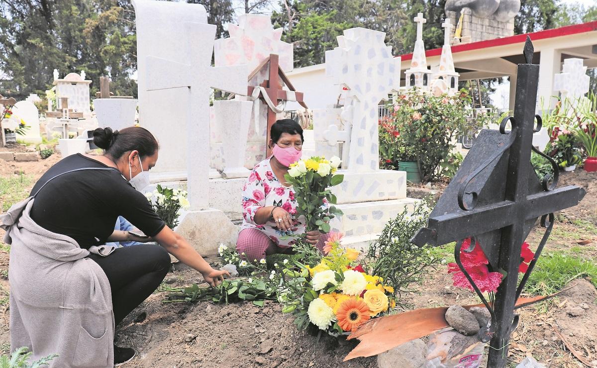 Tras un año de pandemia, toluqueños visitaron a su mamá en los panteones este 10 de mayo