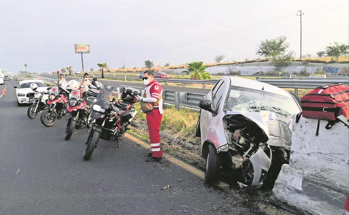 Conductor pierde control y estrella su auto contra la pared de contención en la México-Cuautla
